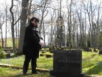 Tiina Tojak Georg Feofanovi kalmul, Pärnu Vanal Kalmistul. Foto: Urmas Saard / Külauudised