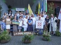 001 Aasta Küla Lüübnitsa esindajad koos õnnitlejatega. Foto: Taavi Naagel