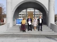 Aivo Peterson toetajatega Pärnus Iseseisvuse väljakul. Foto: Eva Poljakova