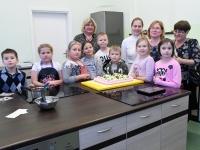 004 Alla koolitab Sindi noori tordi valmistajaid. Foto: Urmas Saard