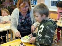 010 Alla koolitab Sindi noori tordi valmistajaid. Foto: Urmas Saard