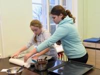 017 Alla koolitab Sindi noori tordi valmistajaid. Foto: Urmas Saard