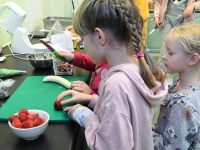 026 Alla koolitab Sindi noori tordi valmistajaid. Foto: Urmas Saard