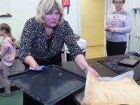035 Alla koolitab Sindi noori tordi valmistajaid. Foto: Urmas Saard