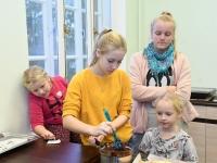 036 Alla koolitab Sindi noori tordi valmistajaid. Foto: Urmas Saard