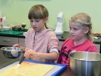 039 Alla koolitab Sindi noori tordi valmistajaid. Foto: Urmas Saard