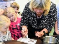 041 Alla koolitab Sindi noori tordi valmistajaid. Foto: Urmas Saard