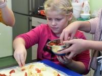 044 Alla koolitab Sindi noori tordi valmistajaid. Foto: Urmas Saard