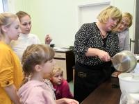 047 Alla koolitab Sindi noori tordi valmistajaid. Foto: Urmas Saard
