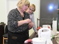 049 Alla koolitab Sindi noori tordi valmistajaid. Foto: Urmas Saard