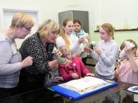 057 Alla koolitab Sindi noori tordi valmistajaid. Foto: Urmas Saard