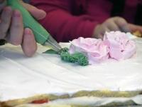 058 Alla koolitab Sindi noori tordi valmistajaid. Foto: Urmas Saard