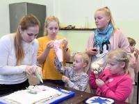 059 Alla koolitab Sindi noori tordi valmistajaid. Foto: Urmas Saard