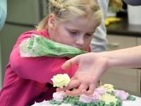 061 Alla koolitab Sindi noori tordi valmistajaid. Foto: Urmas Saard
