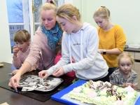 062 Alla koolitab Sindi noori tordi valmistajaid. Foto: Urmas Saard