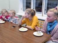 070 Alla koolitab Sindi noori tordi valmistajaid. Foto: Urmas Saard