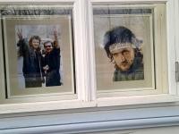 Fotod Alo Mattiisenist ja tema pinginaabrist, luuletaja Jüri Leesmendist Betti Alveri muuseumi aknal. Foto: Jaan Lukas
