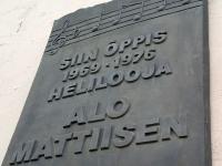 Heliloojat Alo Mattiisenit meenutav tahvel Jõgeva muusikakooli hoonel. Foto: Jaan Lukas