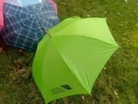 Haldusreformi eelse omavalitsuse Torma valla logoga vihmavari. Foto: Jaan Lukas