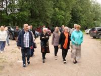 001 Hindamiskomisjoni liikmed ja vastuvõtjad Sadala rahvamaja õuel. Foto: Marge Tasur