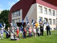 5 Sindi lasteaia lapsed rõõmustavad ühes muusikaõpetaja Üllega. Foto: Urmas Saard
