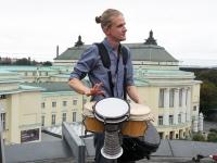 005 Mattias Siitan.  Ekstaatiline tants Solarise katuseaias. Foto Urmas Saard Külauudised