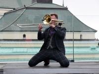 035 Ruslan Trochynskyi.  Ekstaatiline tants Solarise katuseaias. Foto Urmas Saard Külauudised