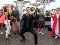 042  Ruslan Trochynskyi. Ekstaatiline tants Solarise katuseaias. Foto Urmas Saard Külauudised