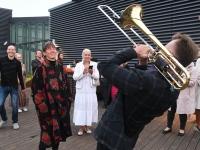 048 Ekstaatiline tants Solarise katuseaias. Foto Urmas Saard Külauudised