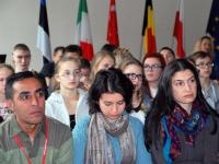 001 Erasmus+ töögrupi õpetajad kuulavad Sindi gümnaasiumi aulas Briti suursaadiku Christopher Bruce Holtby loengut