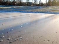 003 Õhukese jääga kaanetunud tiik Sindis Foto Urmas Saard