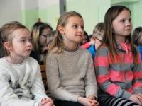 001 Ilmar Tomusk kohutmisel Sindi gümnaasiumi õpilastega Foto Urmas Saard