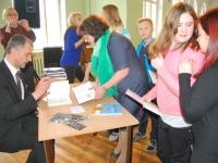 016 Ilmar Tomusk kohutmisel Sindi gümnaasiumi õpilastega Foto Urmas Saard