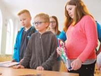 017 Ilmar Tomusk kohutmisel Sindi gümnaasiumi õpilastega Foto Urmas Saard