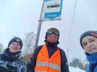 Intan Pragi Mustvees Marati bussipeatuses kultuurikeskuse juhataja Laidi Zalekešina (vasakul) ja kogukonna elu eestvedaja Aive Tammega. Foto erakogust