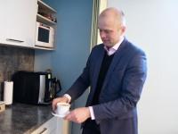 Intan Pragi Sindis. Lauri Luur pakub kohvi. Foto: Urmas Saard / Külauudised