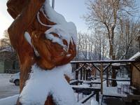 Hullava naise kuju Põltsamaal Hullava naise pubi juures, skulptor Anni Irs. Foto: Jaan Lukas / Külauudised