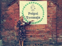 Ettevõtja Eveli Tooming Peipsi teemaja ees.. Foto: vistjogeva.com-2