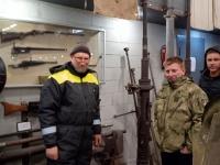 Jõgewa Militaarmuuseumi eestvedaja Sergei Jerjomin (vasakul) külalistele muuseumit tutvustamas. Foto: Jaan Lukas