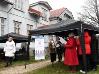 Jõulujumalateenistus Raeküla Vanakooli keskuse esisel. Foto: Urmas Saard / Külauudised