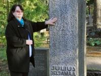 004 Tiina Tojak Julius Friedrich Seljamaa hauasamba juures Rahumäe kalmistul. Foto: Urmas Saard