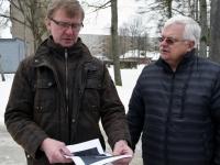 004 Ülo Kirt ja Jüri Puust, Julius Friedrich Seljamaa mäletsumärgi valmimine on töös. Foto: Urmas Saard