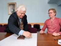 008 Jüri Puust ja Ülo Kirt, Julius Friedrich Seljamaa mäletsumärgi valmimine on töös. Foto: Urmas Saard