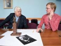 013 Jüri Puust ja Ülo Kirt, Julius Friedrich Seljamaa mäletsumärgi valmimine on töös. Foto: Urmas Saard