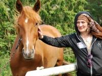 008  Linda Tikku ratsahobuse juures