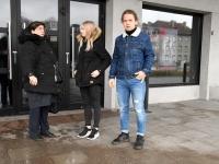 Mari Suurväli oma õpilastega Tre Raadiost väljumisel.  Foto: Urmas Saard / Külauudised