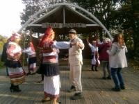 Tapiku mõisaseltsi eestvedaja Olev Kull koos Ersa-Mokša kultuuriühingu ansambliga tantsimas. Foto Jaan Lukas