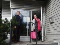 Henn Saar ja Mai Sepp Häädemeeste raamatukogu trepil. Foto: Urmas Saard / Külauudised