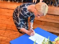 006 Koolirahu lepingu sõlmimine Sindi gümnaasiumis. Foto: Urmas Saard