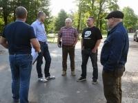 006 Nõupidamine Sindi Tervisekeskuse ees: Allan Aas, Jüri Puust, Raigo Paulberg jt. Foto: Urmas Saard